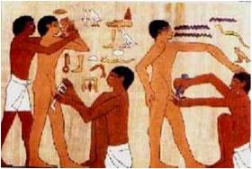 Imagen de papiro egipcio mostrando el ritual de la circuncisión en tratamiento de la fimosis